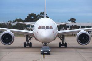 Tesla Model X P100D kéo Boeing 787-9 Dreamliner đi xa 300m