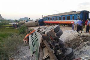 Thanh Hóa: Tàu đâm xe tải trong đêm, nhiều người thương vong