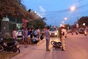 Ô tô điên kéo lê xe máy hàng chục mét, một phụ nữ nhập viện