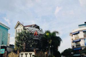 Quận Tân Phú, TP.HCM: Ai 'chống lưng' để biệt thự lấn chiếm lề đường tồn tại?