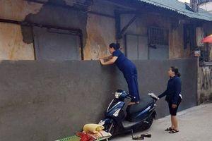 Hà Nội: Nhiều hộ dân cuống cuồng vì bỗng dưng bị bịt kín lối đi