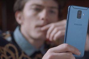 Min và trai Tây xài chung chiếc điện thoại ít ai biết trong MV mới