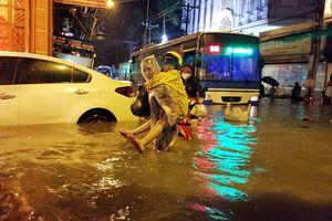 Những tuyến đường TP.HCM năm nào cũng ngập sâu: Người dân khốn khổ đủ cảnh