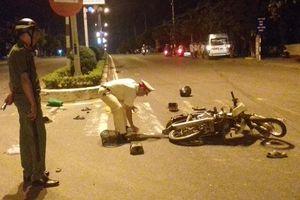 Xe khách chở 15 người tông xe máy rồi đâm vào gốc cây