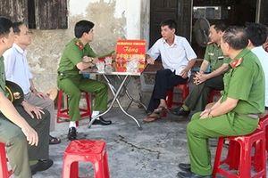 Trao quà tặng gia đình thân nhân liệt sỹ ở Nghệ An