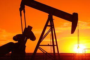 Giá dầu lao dốc khi OPEC, Nga bắt tay tăng sản lượng