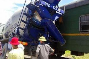 Xe bồn chở bê tông vượt đường sắt bị tàu hỏa đâm văng