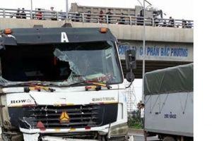 Bắc Giang: Xe tải 'ủi' xe khách, 8 người thương vong