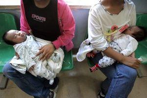 Cảnh làm mẹ của những cô gái tuổi teen 'mặt búng ra sữa' ở TQ