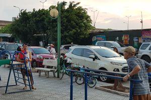 Hà Nội: Giải tỏa bãi xe vi phạm, ô tô đỗ tràn lòng đường