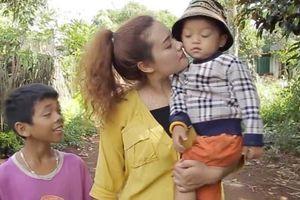 Cô gái Ba Na nuôi hai đứa trẻ bị bỏ rơi vì hủ tục