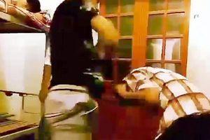 Clip: Kinh hoàng nam sinh bị nhóm bạn cùng KTX đánh đập dã man