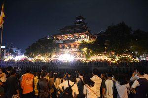 Dòng người trên Kênh Nhiêu Lộc - Thị Nghè thả hoa đăng mừng đại lễ Phật Đản