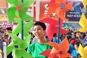 Hoa hậu H'Hen Niê vui tết thiếu nhi với 400 trẻ em nghèo