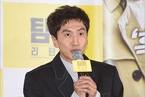 Lee Kwang Soo cười bình thản giữa scandal bị 1.600 người đòi tử hình
