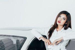 Ngắm mỹ nữ Việt khoe dáng cùng siêu xe đường phố Maserati Quattroporte