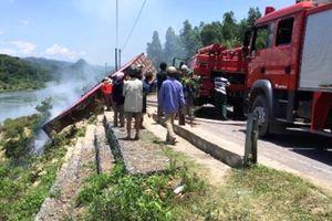 Xe tải mất lái lao xuống vực bốc cháy dữ dội