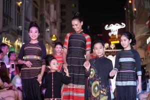 Dàn mẫu danh tiếng Việt xuất hiện lộng lẫy trong 'Âm vang đại ngàn' của NTK Việt Hùng