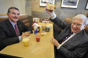 Bỏ hàng triệu USD để được ăn trưa cùng tỷ phú Warren Buffett, bữa ăn có món gì?
