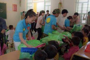 Hoa hậu châu Á Valentines Vân Nguyễn tặng quà 1/6 cho trẻ em vùng cao