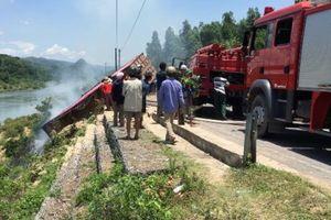 Xe chở dăm gỗ mất lái lao xuống bờ sông rồi bốc cháy dữ dội