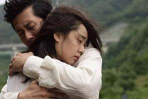 Vợ chồng ôm nhau khóc vì hạnh phúc sau nhiều năm chữa vô sinh