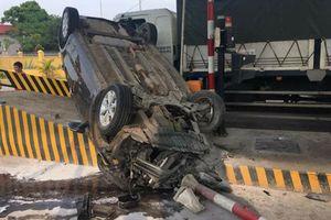 Xế hộp lộn vòng rồi lật ngửa trên cao tốc sau khi tông thẳng vào trạm thu phí BOT