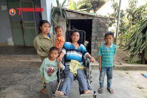 Vợ chăm sóc chồng nằm liệt giường và 3 con thơ dại