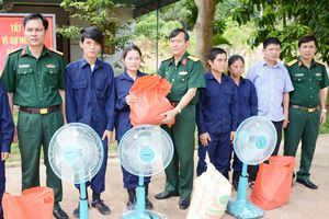 Binh đoàn 15 hỗ trợ gạo, tặng đồ dùng sinh hoạt cho bà con dân tộc thiểu số vùng biên giới
