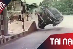 Ôtô bật ngửa khi lao vào trạm thu giá