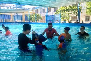 Dạy bơi cho trẻ khiếm thính