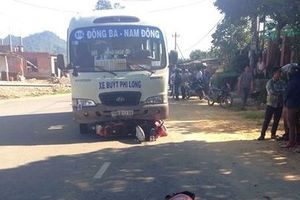 Huế: Xe buýt cuốn xe máy vào gầm, 4 người thương vong