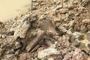 Nạo vét sông phát hiện quả bom nặng khoảng 400 kg