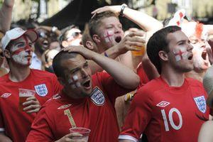 Người hâm mội đội tuyển Anh hưởng lợi về giá cả tại Nga