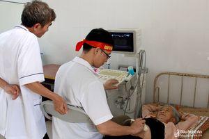 Bệnh viện ĐK TP Vinh khám bệnh, cấp thuốc miễn phí cho 400 người dân quê Bác