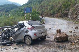 Đá từ trên núi lăn xuống đè nát ô tô, 3 người thương vong