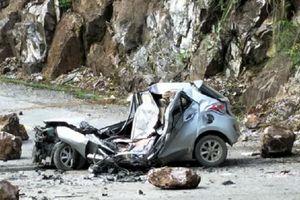 Tại nạn hi hữu khiến một chiếc ô tô biến dạng, tài xế tử vong