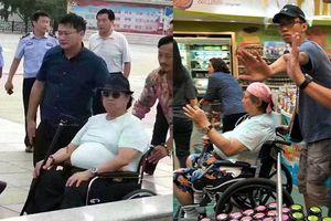 Ngôi sao võ thuật Hồng Kim Bảo 'làm bạn' với xe lăn