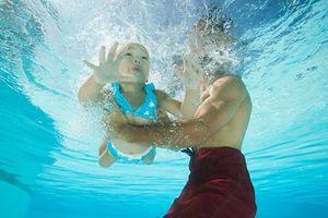 Mẹ mải nói chuyện, bé trai lao xuống hồ bơi chết thương tâm: Cha mẹ cần nắm rõ cách này để cứu con
