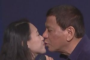 Phản ứng của người Philippines khi TT Duterte hôn lao động nữ tại Hàn Quốc