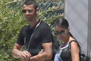Ronaldo tay trong tay với bạn gái mặc World Cup gần kề