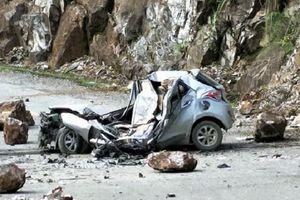 Xe ô tô 4 chỗ biến dạng hoàn toàn khi bị đá to rơi từ trên cao đè trúng
