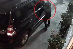 Trộm vặt gương xe sang Land Cruiser nhanh như chớp ở Hà Nội