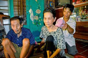 Con dị tật nhọc nhằn nuôi cha mẹ già đau ốm