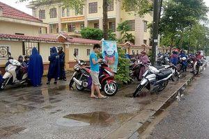 Nhiều phụ huynh Quảng Bình tạm gác việc đồng áng đưa con đi thi vào lớp 10
