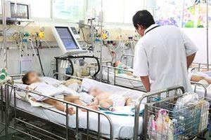 Trẻ sốt cao kèm nôn khan, phản ứng chậm, cha mẹ cần nghĩ tới căn bệnh nguy hiểm dễ gặp vào mùa hè này