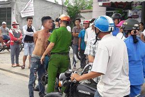 Khống chế nam thanh niên nghi bị ngáo đá, tấn công người dân
