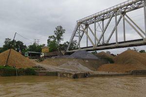 Ra quân xử lý cụm bến thủy trái phép 'khủng' trên sông Công