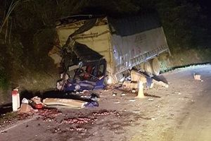 Xe tải đâm vào vách núi trong đêm tối, 2 người thương vong