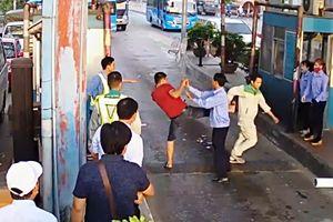 Lái xe dùng dao chặt barie, đánh nhân viên BOT Tân Đệ